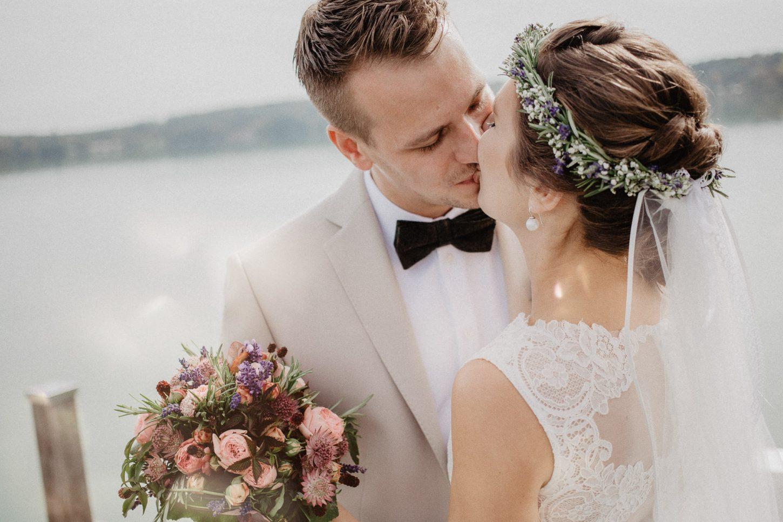 Portrait Brautpaar Hochzeitsfotografie Wörthsee Blumenstrauß Heiraten