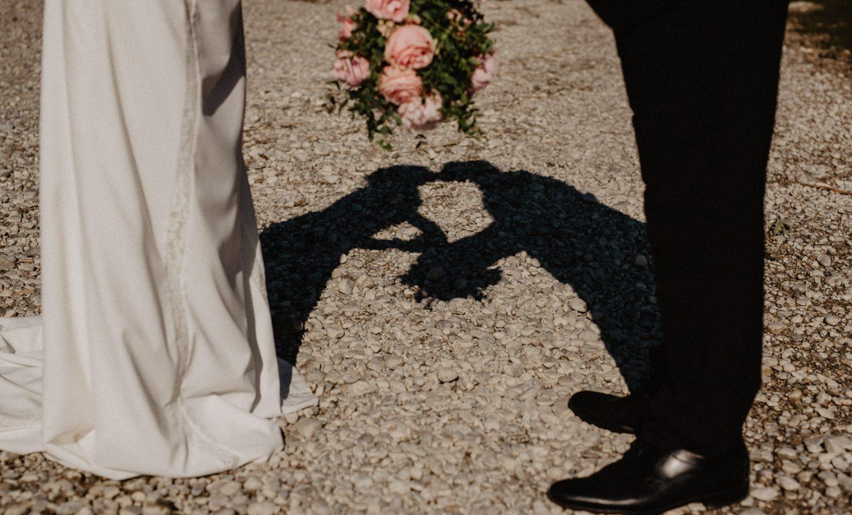 Hochzeitsreportage Brautpaar Brautstrauß Portrait Fotografie Hochzeit Ammersee Schatten Silhouette