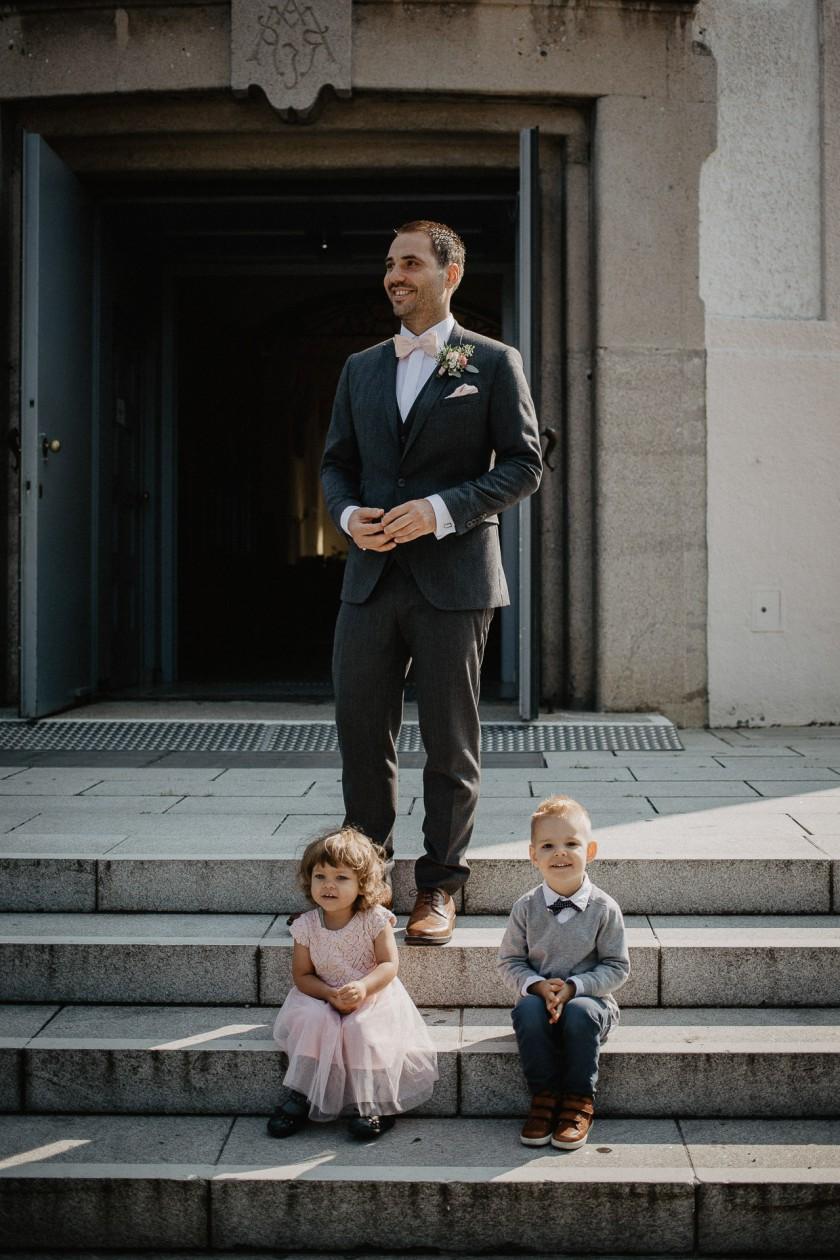 Bräutigam Hochzeit Reportage Fotografie München Kirche