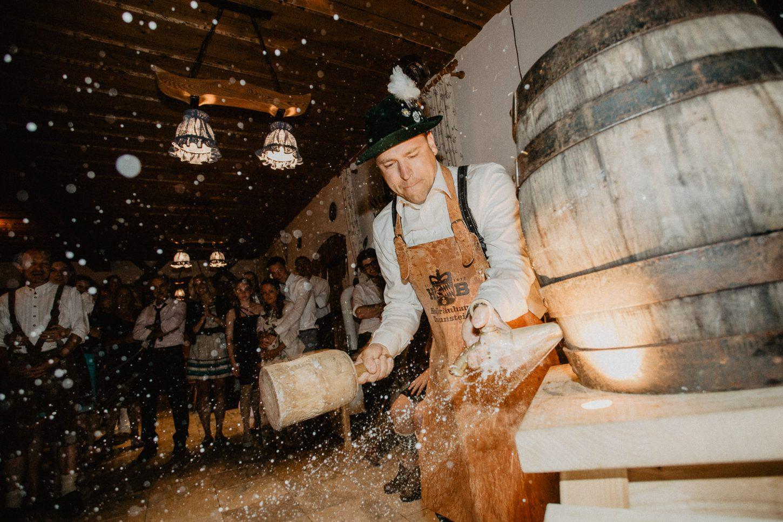Impressionen Fass Anzapfen Bayerische Hochzeit Bier Reportage Fotografie
