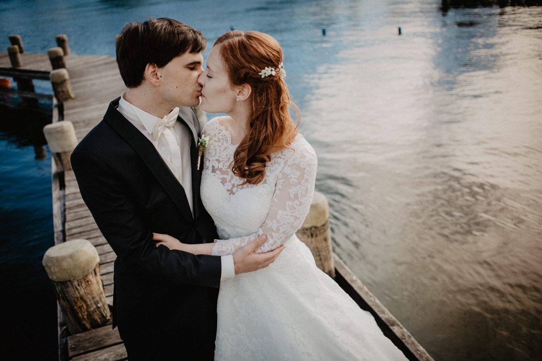 Brautkleid Portrait Brautpaar Wasser See Diessen am Ammersee Fotograf