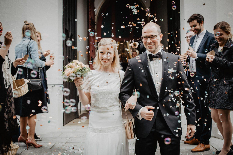 Brautpaar Hochzeitsreportage Empfang Fotografie Konfetti Kirche
