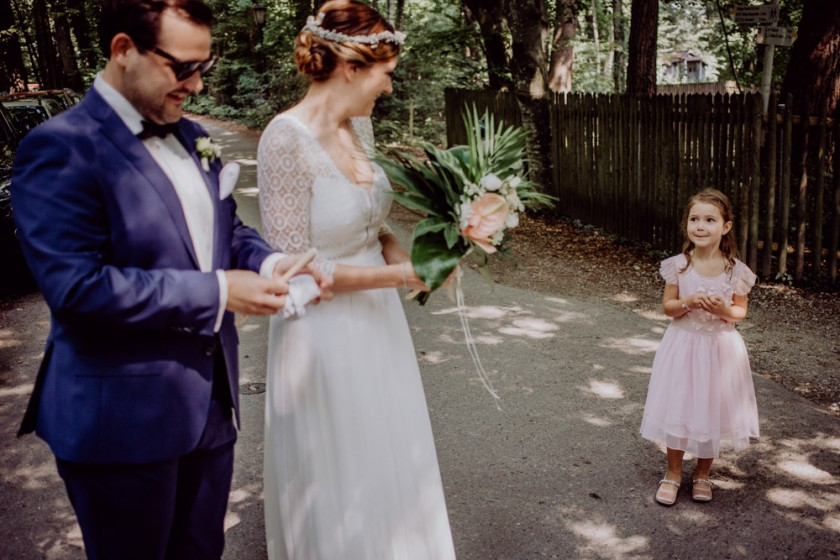 Einblick in eine Hochzeitsreportage im Fischer in Inning am Ammersee mit Hochzeitsdeko, fotografiert von Chris Hartlmaier Fotodesign, Hochzeitsfotos, Hochzeitsfotograf