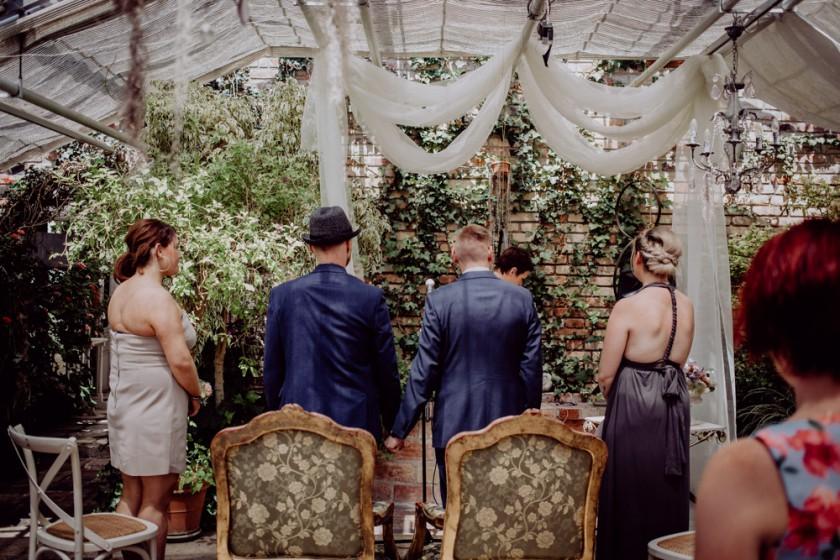 Einblick in eine Hochzeitsreportage in der alten Gärtnerei in Taufkirchen mit Hochzeitsdeko, fotografiert von Chris Hartlmaier Fotodesign, Hochzeitsfotos, Hochzeitsfotograf