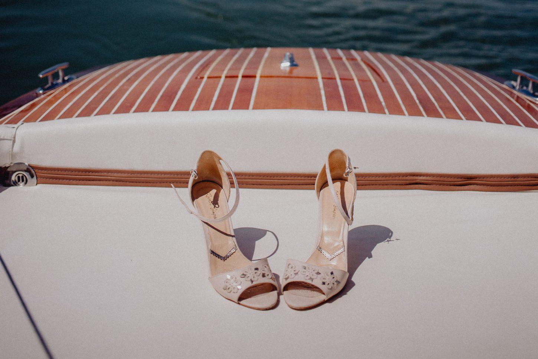 Brautschuhe auf einem Boot auf dem Ammersee auf dem Weg zur Hochzeitslocation